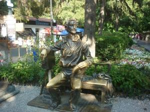 Памятник Александру Ханжонкову. Дневной вид.