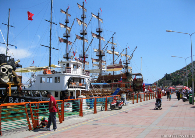 Набережная корабли для туристов