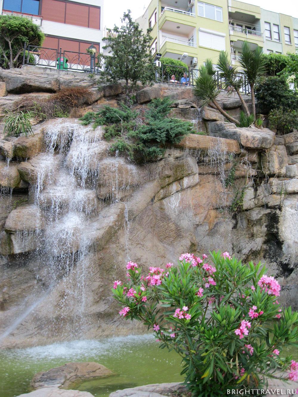 Набережная искуственный водопад