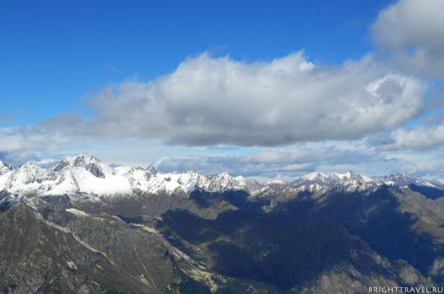 Вид с вершины на горный массив. Домбай.