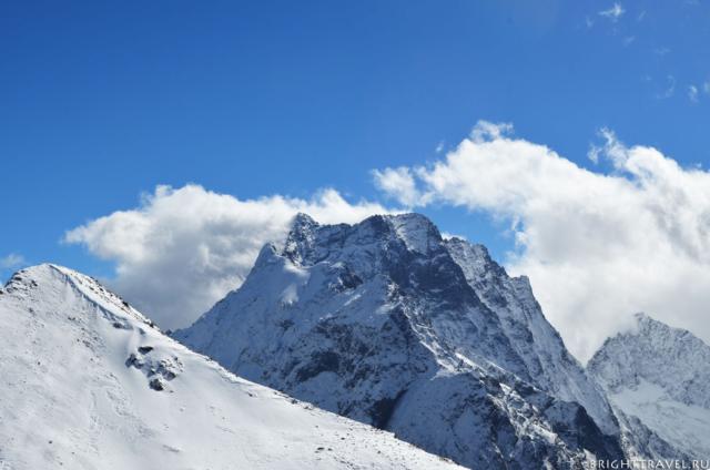 Красивая заснеженная вершина в горах Домбая.