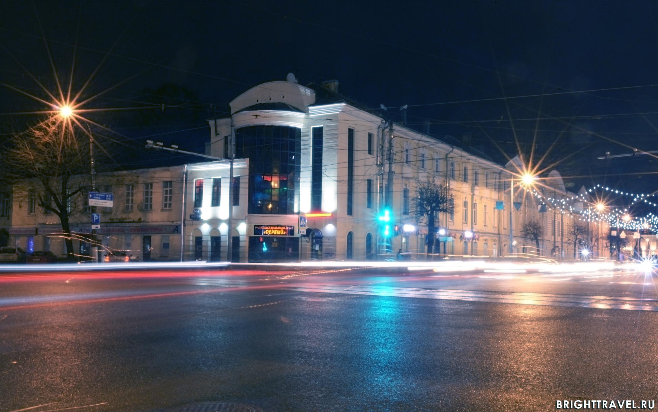 Фото вечерней Твери - на одном из перекрестков
