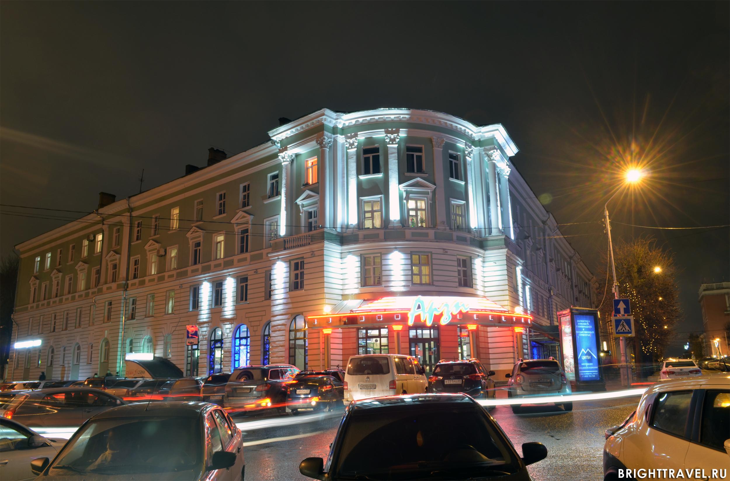 Вечернее фото здания в Твери, набережная р. Волги